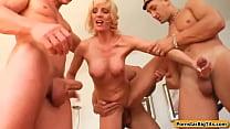Blonde moeder laat zich dubbel penetreren door haar 3 zonen