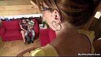 Huisvrouw spreid haar benen om zich door zoon te laten neuken