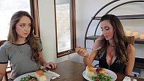Video porno com morena dos peitos grandes e sua amiga branquinha