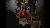 Barkeeperin lässt sich von zwei fremden Typen f...