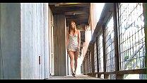 В метро девушку мацают за сиськи