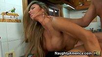Gostosa fazendo sexo gostoso na cozinha