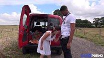 Milf asiatique enculée à l'arrière de la camionette [Full Video]