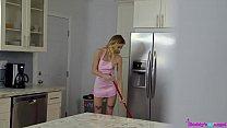 Tio pega sobrinha de surpresa e acaba com seu cuzinho apertado na cozinha de casa HD
