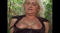 Blonde oma laat zich soepel diep in haar kont neuken door kleinzoon