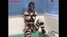 全頭マスクに拘束具を取り付けられ身動き一つ取れない状態で放置される奴隷女。