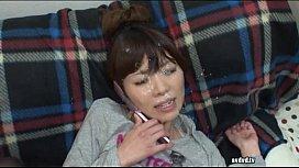 彼氏と電話中にローター責めされながら、他の男の顔射を浴びる彼女