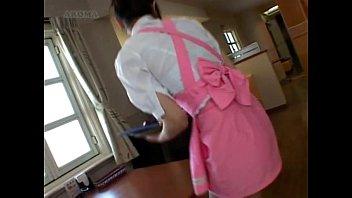 【潮ふき・オナニー動画】ファミレスでウェイトレスしてる女の子はテーブルの角にマンコが当たり感じちゃって腰が動いて止まらなくなっちゃったwww