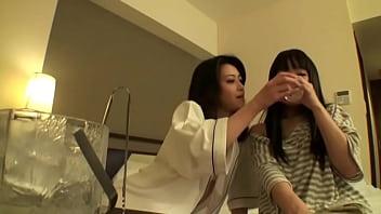 微乳娘をお酒で酔わせてレズの世界に引き込む巨乳お姉さま
