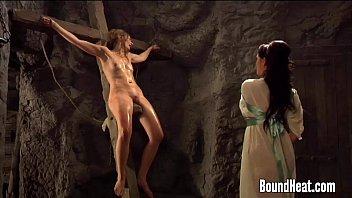 xxarxx عشيقة عرض قضيب جلدي إلى اثنين من العبيد