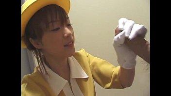 エレベーターガールに扮した子が手コキしてくれてます