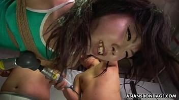 Orang Asia aneh diikat untuk disiksa secara seksual oleh beberapa pervs