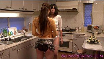 台所で美熟女がマ○コ舐めて下さいと要求する!