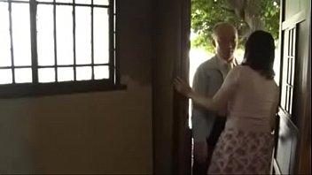 【妖艶 動画】玄関入るなり即ズボ立ちバック!不倫男はこの妖艶な人妻の身体の虜になった。