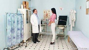 Студентка у гинеколога брюнетка
