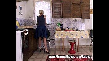 xxarxx الجدة صباح الفطور الجنس مع الشباب ربيب