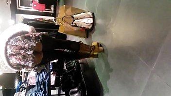 Nena con minifalda exhibiendose en tienda sin c...