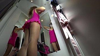 xxarxx اختلس النظر في غرفة خلع الملابس العامة ، وجهة نظر من الأسفل على طيز العصير وعلى فتاة مثير مع سيقان طويلة ، الكاميرا الخفية