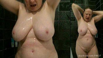 shower curvy mom
