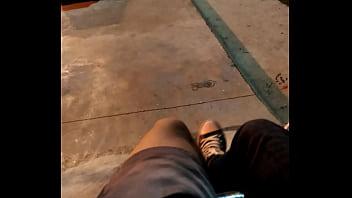 Casal cruza gostoso em publico na pista de skate