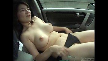車の中で胸を放り出してオナニーを見せる人妻