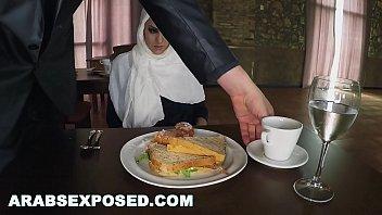 xxarxx أرابسكسبوسد  جائع امرأة يحصل طعام و ينيك ()
