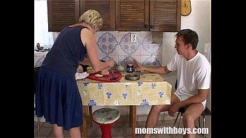 xxarxx ناضجة زوجة الأب أمي سيرف كس في الإفطار إلى لها ستيبسون