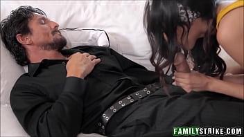 xxarxx خطوة ابنة تمتص قبالة النوم أبي في حين استمناء إلى النشوة الجنسية