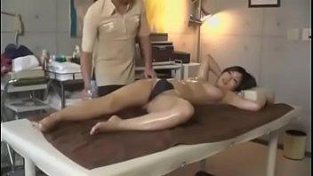 オイルマッサージからの性感刺激に耐え切れず感じまくる巨乳美女