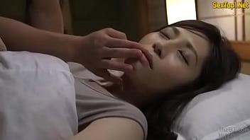 【人妻巨乳熟女無料動画】主人が起きちゃう!美女妻を夜這い特集