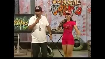 Wendy Vargas dengan celana pendek merah