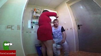 Le pilla haciéndose una paja en el wc pero él dice que estaba cagando.gui024