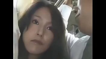 通勤バスの中で男性の肉棒をしごき、乳首を刺激される美女