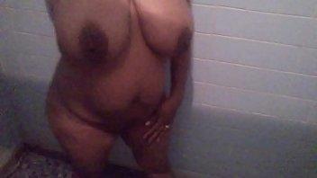 Esposa tetona en el baño