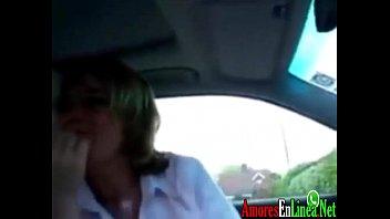 Cachonda suegra haciendome una rica mamada hasta correrme en su cara en el coche madura rubia tragon