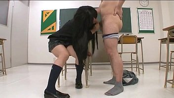【JKの潮ふき・オナニー動画】チクビをピンッと尖らせた今時JKと教室でドすけべ生SEX