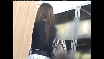 【美人ギャル動画】(お触りのみ)きれいなロングヘアの美人お姉さんを図書館で追跡。人のあまり来ない区画で身体中を舐めるように触り美乳を弄ぶ