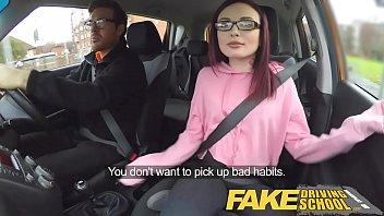 xxarxx وهمية لتعليم قيادة السيارات في سن المراهقة  في سن المراهقة الأبنوس مجموعة من ثلاثة أشخاص بعمر الامهات