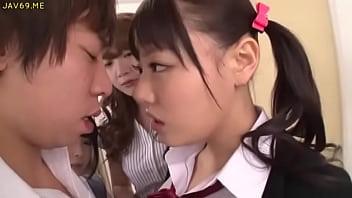 3P動画 ロリな女子高生の佳苗るかたちとハーレムをエンジョイしている教師の画像