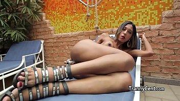 Travesti magrinha batendo punheta e sensualizando