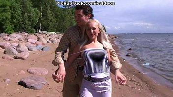 Porno на берегу с блондинкой