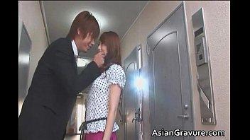 ムチムチな人妻の吉沢明歩がスーツ姿のホストのようなイケメンに迫られて濃厚な...