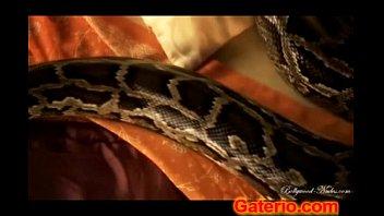 Morena indu cachonda desnuda con una serpiente