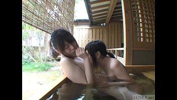 巨乳娘と微乳娘が温泉でいちゃいちゃレズキスしてるのエロいわ