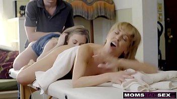 xxarxx   كس انوثة وجسم جميل يحصل على الساخن أمهات يوم مجموعة من ثلاثة أشخاص!