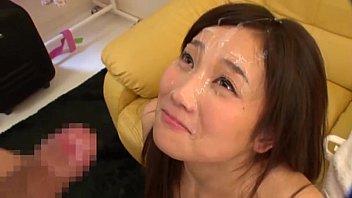 【フェラ】センズリを目の前にいつ顔射がくるか不安げな表情の爆乳お姉さんw