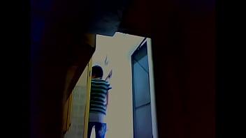 Подглядывание в школьном туалете за писающий школьницей скрытая камера