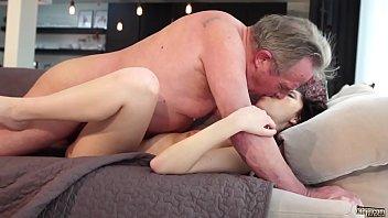 Sex Cu Un Batran Ce Da Muie Puternic In Gura Unei Tinere