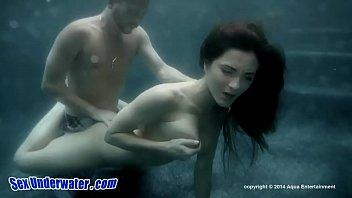 【モザイクなし】幻想的な水中SEX