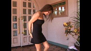 Фото брюнетки в черном платье с вырезом